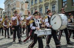 利沃夫州,乌克兰- 2018年5月:与鼓的一个军乐队在狂欢节服装在城市的中心走在游行 免版税图库摄影