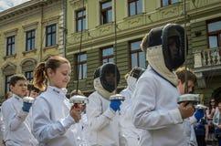 利沃夫州,乌克兰- 2018年5月:运动员队操刀的在体育衣服在城市的中心努力去做在游行 免版税库存图片