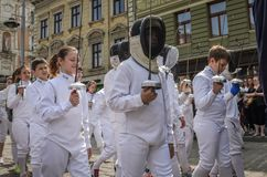 利沃夫州,乌克兰- 2018年5月:运动员队操刀的在体育衣服在城市的中心努力去做在游行 图库摄影