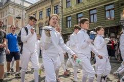 利沃夫州,乌克兰- 2018年5月:运动员队操刀的在体育衣服在城市的中心努力去做在游行 库存照片