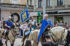 利沃夫州,乌克兰- 2018年5月:骑士坐在狂欢节服装的一匹马在城市的中心乘坐在游行 免版税库存照片