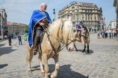 利沃夫州,乌克兰- 2018年5月:骑士坐在狂欢节服装的一匹马在城市的中心乘坐在游行 库存图片