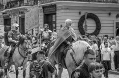 利沃夫州,乌克兰- 2018年5月:骑士坐在狂欢节服装的一匹马在城市的中心乘坐在游行 库存照片