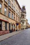 利沃夫州,乌克兰- 2017年11月 一条老街道的远景在利沃夫州的中心有老大厦的 人们沿a走 免版税库存图片