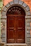 利沃夫州,乌克兰- 2017年11月 与古铜色把柄的一个老大木门在利沃夫州的中心 门由木头制成是trea 图库摄影