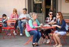利沃夫州,乌克兰- 2017年5月06日:咖啡馆的游人在Rynok广场 免版税库存图片