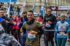 利沃夫州,乌克兰- 2017年10月29日:运动员赛跑者起动跑大奖赛利沃夫州半马拉松 免版税库存图片