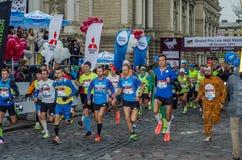 利沃夫州,乌克兰- 2017年10月29日:运动员赛跑者起动跑大奖赛利沃夫州半马拉松 图库摄影