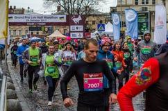 利沃夫州,乌克兰- 2017年10月29日:运动员赛跑者起动跑大奖赛利沃夫州半马拉松 免版税库存照片