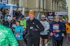 利沃夫州,乌克兰- 2017年10月29日:运动员赛跑者起动跑大奖赛利沃夫州半马拉松 库存照片