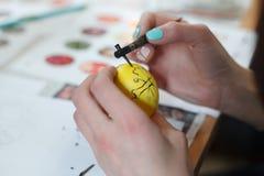 利沃夫州,乌克兰- 2018年3月11日 乌克兰人绘车间的复活节彩蛋 免版税库存图片