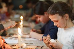利沃夫州,乌克兰- 2018年3月11日 乌克兰人绘车间的复活节彩蛋 免版税库存照片