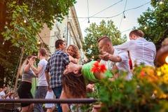 利沃夫州,乌克兰- 2018年6月9日 人跳舞的辣调味汁和bachata在室外咖啡馆在利沃夫州 库存图片