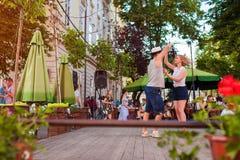 利沃夫州,乌克兰- 2018年6月9日 人跳舞的辣调味汁和bachata在室外咖啡馆在利沃夫州 库存照片