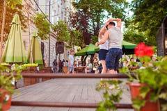 利沃夫州,乌克兰- 2018年6月9日 人跳舞的辣调味汁和bachata在室外咖啡馆在利沃夫州 免版税库存照片