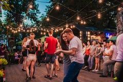 利沃夫州,乌克兰- 2018年8月4日 人跳舞的辣调味汁和bachata在室外咖啡馆在利沃夫州 库存图片