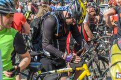 利沃夫州,乌克兰- 2018年5月:骑自行车者运动员爱好者自行车的和以自行车形式为一个自行车党在市中心聚集了 免版税图库摄影