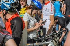 利沃夫州,乌克兰- 2018年5月:一个骑自行车者以自行车形式在电话在市中心做selfie在一个骑自行车的人党 库存照片
