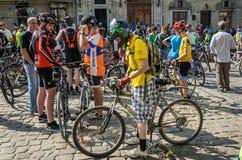 利沃夫州,乌克兰- 2018年5月:骑自行车者运动员爱好者自行车的和以自行车形式为一个自行车党聚集了在城市 免版税图库摄影