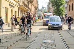 利沃夫州,乌克兰- 2018年5月:骑自行车者运动员爱好者自行车的和以自行车形式为一个自行车党聚集了在城市 库存图片