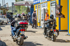 利沃夫州,乌克兰- 2016年4月:乘坐在他们的有旗子的摩托车的骑自行车的人在黑皮夹克 库存图片