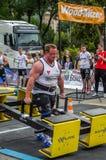 利沃夫州,乌克兰- 2016年7月:坚强的运动员爱好健美者大力士运载重金属的设计竞争世界最强的队befor 库存照片