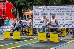 利沃夫州,乌克兰- 2016年7月:坚强的运动员爱好健美者大力士运载重金属的设计竞争世界最强的队befor 免版税库存图片