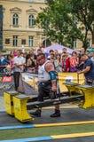 利沃夫州,乌克兰- 2016年7月:坚强的运动员爱好健美者大力士运载重金属的设计竞争世界最强的队befor 免版税图库摄影