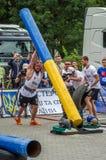 利沃夫州,乌克兰- 2016年7月:坚强的运动员爱好健美者大力士运载重金属的设计竞争世界最强的队befor 库存图片