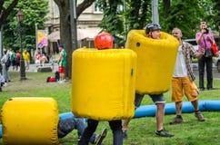 利沃夫州,乌克兰- 2016年6月:战斗在可膨胀的球和盔甲一次可笑的争斗的年轻人  库存图片