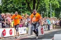 利沃夫州,乌克兰- 2016年6月:有一个大膨胀的金属身体的大力士运载重的手提箱 免版税库存图片