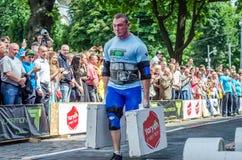利沃夫州,乌克兰- 2016年6月:有一个大膨胀的金属身体的大力士运载重的手提箱 库存照片