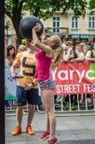 利沃夫州,乌克兰- 2016年6月:有的年轻人相当性感的女孩体育计算推力一个重球 库存图片