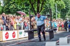 利沃夫州,乌克兰- 2016年6月:运动员有强的身体的爱好健美者大力士有一个极大的金属结构用与标尺o的薄煎饼 免版税库存图片