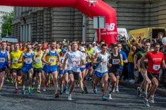 利沃夫州,乌克兰- 2016年4月:马拉松运动员奔跑开始的参加者承担自由的远景在利沃夫州,乌克兰 免版税库存照片