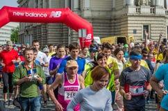 利沃夫州,乌克兰- 2016年4月:马拉松运动员奔跑开始的参加者承担自由的远景在利沃夫州,乌克兰 免版税库存图片