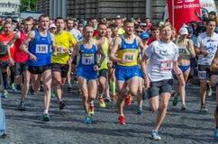 利沃夫州,乌克兰- 2016年4月:马拉松运动员奔跑开始的参加者承担自由的远景在利沃夫州,乌克兰 图库摄影