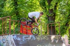 利沃夫州,乌克兰- 2015年7月:Yarych街道费斯特2015年 极端跳跃在BMX自行车和在天空中执行特技 免版税库存照片