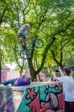 利沃夫州,乌克兰- 2015年7月:Yarych街道费斯特2015年 极端跳跃在BMX自行车和在天空中执行特技 库存图片