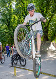 利沃夫州,乌克兰- 2015年7月:Yarych街道费斯特2015年 极端跳跃在BMX自行车和在天空中执行特技 图库摄影