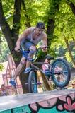 利沃夫州,乌克兰- 2015年7月:Yarych街道费斯特2015年 极端跳跃在BMX自行车和在天空中执行特技 库存照片