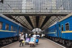 利沃夫州,乌克兰- 2015年8月21日:人得到准备上在利沃夫州火车站平台的一列火车  免版税图库摄影