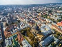 利沃夫州,乌克兰- 2016年9月09日:利沃夫州街市与利沃夫州拉丁大教堂和香港大会堂塔与圣餐的教会, 库存照片