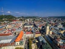 利沃夫州,乌克兰- 2016年9月08日:利沃夫州街市与利沃夫州拉丁大教堂和香港大会堂塔与高城堡在背景中 免版税库存照片