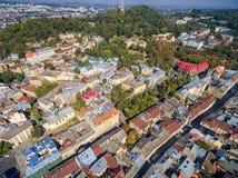 利沃夫州,乌克兰- 2016年9月08日:利沃夫州街市与高城堡在背景中 库存图片