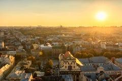 利沃夫州,乌克兰- 2016年9月08日:利沃夫州都市风景和日落光 利沃夫州老镇 透镜火光 阳光 免版税库存图片