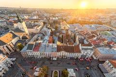 利沃夫州,乌克兰- 2016年9月08日:利沃夫州都市风景和日落光 利沃夫州老镇 透镜火光 阳光 免版税库存照片