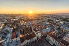 利沃夫州,乌克兰- 2016年9月08日:利沃夫州都市风景和日落光 利沃夫州老镇 阳光 库存图片