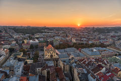 利沃夫州,乌克兰- 2016年9月08日:利沃夫州都市风景和日落光 利沃夫州老镇 免版税图库摄影