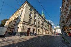 利沃夫州,乌克兰- 2016年11月09日:利沃夫州Citycape和人们 公共交通工具 免版税库存照片